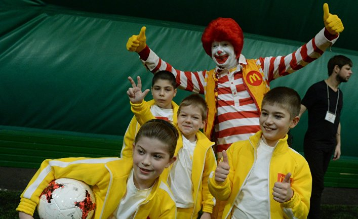 Клоун из Макдональдса с юными футболистами в России