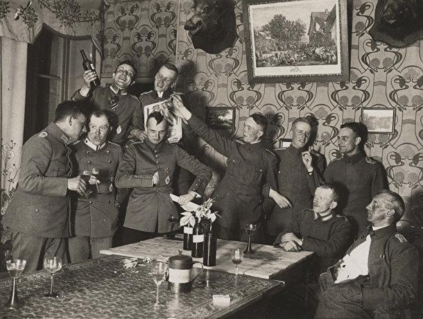 Офицеры 280-го летного подразделения на вечеринке в доме рядом с Западным фронтом