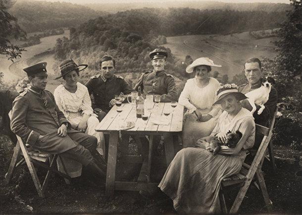 Немецкие офицеры авиации на пикнике с друзьями