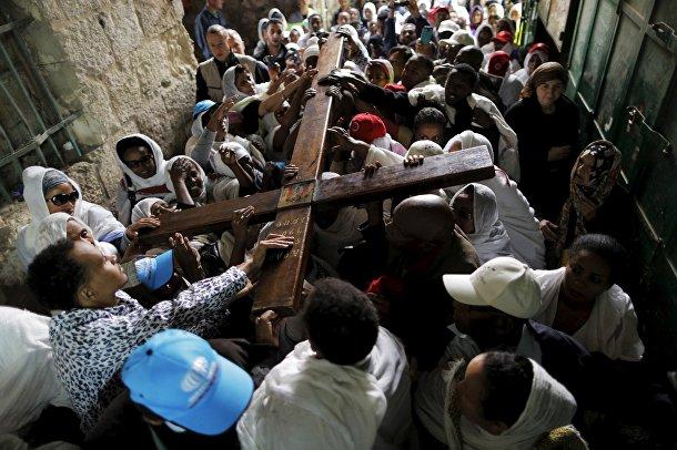 Эфиопские христиане во время процессии на Виа Долороза в Иерусалиме