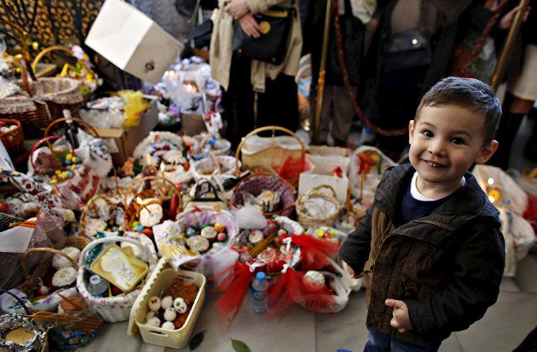 Трехлетний Имран на празднование Пасхи в Стамбуле