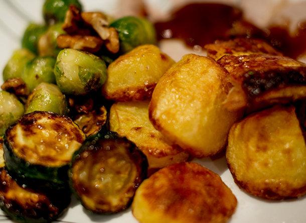 Обжаренный картофель с брюссельской капустой
