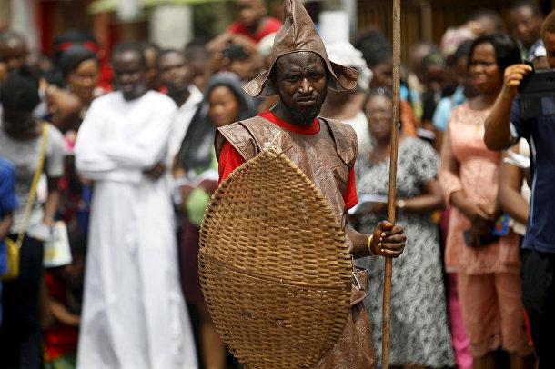 Процессия, воспроизводящая последний день жизни Христа, в Лагосе, Нигерия