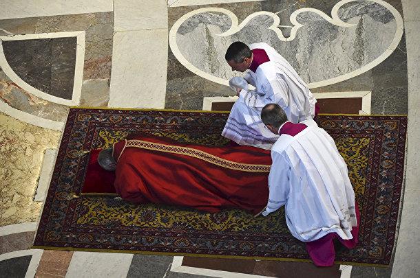 Папа Франциск молится в Соборе Святого Петра в Ватикане