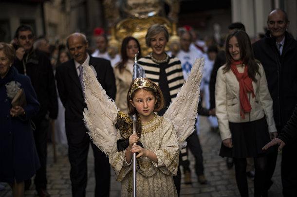 Пасхальная церемония сошествия ангела в городке Тудела в Испании