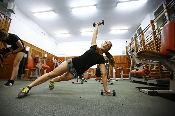Уршула Сидорук из формирования Obrona Narodowa занимается в спортзале