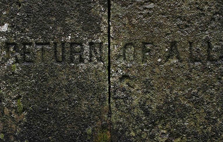 Надпись на основании фонаря, установленного в честь вернувшихся с Первой мировой войны жителей деревни Миддлтон-он-зе-Хилл