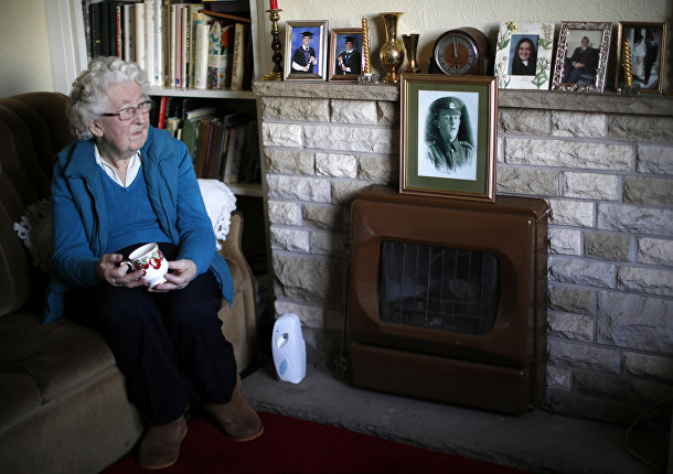 Долли Блумфилд смотрит на портрет своего отца из дважды благословенной деревни