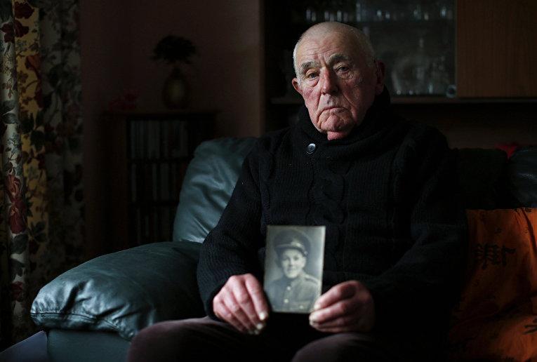 Роберт Пэйн из дважды благословенной деревни Лэнгтон-Херринг со своей фотографией в пятнадцатилетнем возрасте