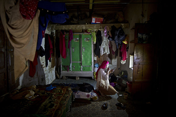 Бакхтавар Иджаз наносит макияж в своей комнате в Равалпинди