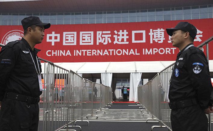 Охрана у входа на Первую китайскую международную импортную выставку в Шанхае