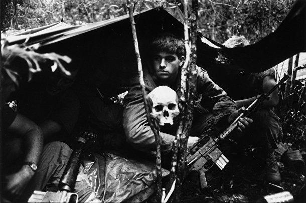 Американские солдаты в лагере в джунглях