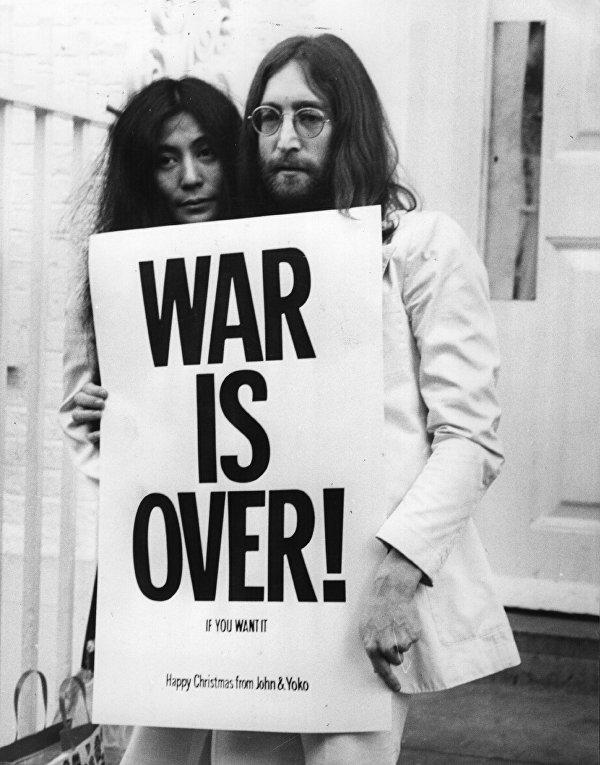 Джон Леннон и Йоко Оно протестуют против войны во Вьетнаме