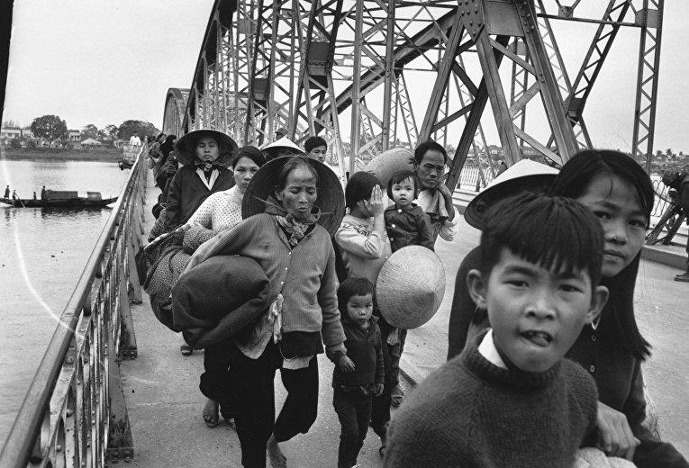 19 февраля 1968 года: беженцы переходят мост над рекой Хыонг