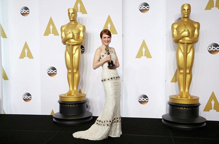 """Джулианна Мур позирует с """"Оскаром"""" на церемонии вручения премии в Голливуде"""
