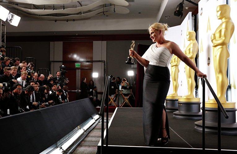 """Патриция Аркетт позирует с """"Оскаром"""" на церемонии вручения премии в Голливуде"""