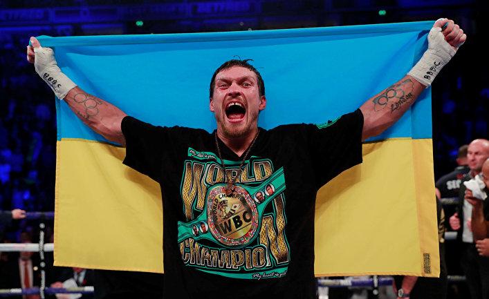 Украинский боксер Александр Усик празднует победу в бою с британцем Тони Беллью