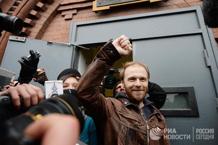 """Фотограф Д.Синяков и пресс-секретарь """"Гринпис"""" А.Аллахвердов отпущены под залог"""