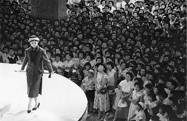 Показ мод в универмаге Мицукоси в Нихомбаси, Токио (Сигеити Нагано, 1956)