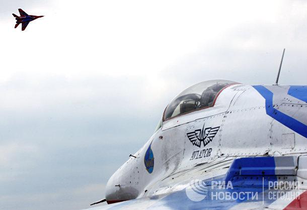 Истребители выполняют фигуры высшего пилотажа во время празднования 20-летнего юбилея пилотажной группы «Стрижи»
