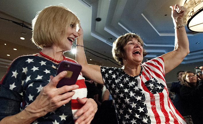 Сторонники Демократов празднуют победу своего кандидата