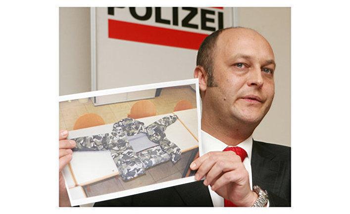 Австрийский государственный прокурор Герхард Ярош показывает фото из дела об убийстве умара исраилова