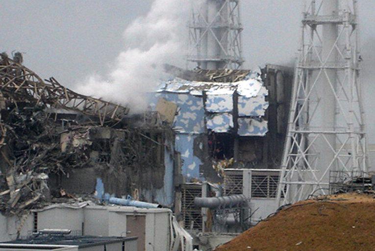 """Поврежденные реакторы (3, 4) АЭС """"Фукусима-1"""" в Японии, 16 марта 2011 г."""