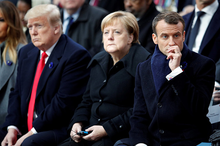 Президент США Дональд Трамп, канцлер Германии Ангела Меркель и президент Франции Эммануэль Макрон во время церемонии в Париже