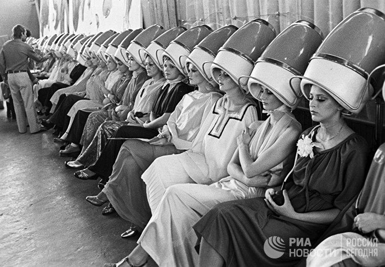 Девушки-манекенщицы сушат волосы феном