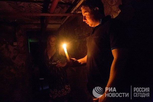 Жители Славянска в подвале дома во время массированного артиллерийского обстрела города