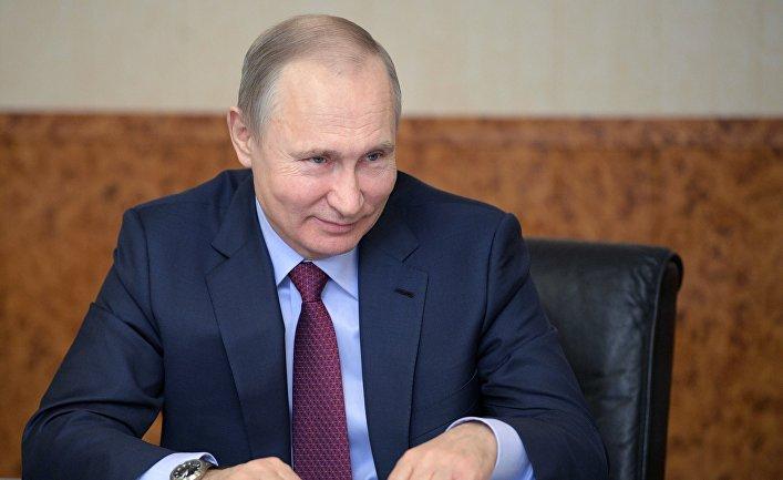 Президент РФ Владимир Путин во время встречи с женщинами-предпринимателями на Самарском булочно-кондитерском комбинате. 7 марта 2018