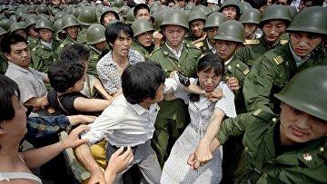 Девушка между солдатами и протестующими на площади Тяньаньмэнь, 3 июня 1989 года