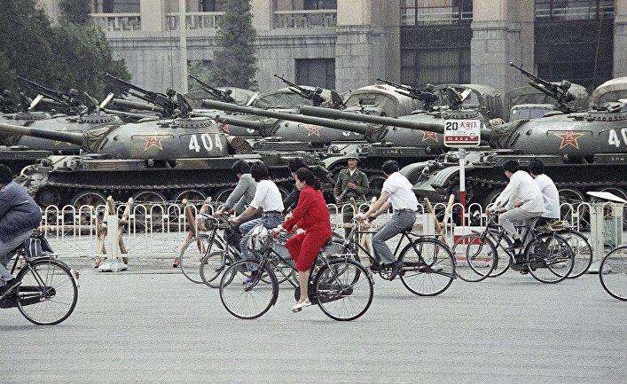 Танки и бронетранспортеры на площади Тяньаньмэнь, 13 июня 1989 года