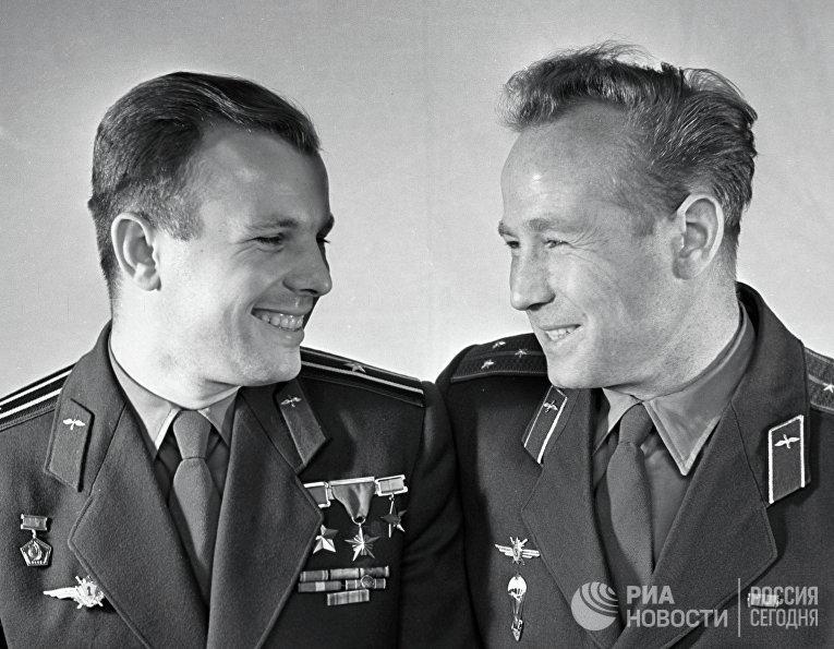 Летчики-космонавты Юрий Гагарин и Алексей Леонов