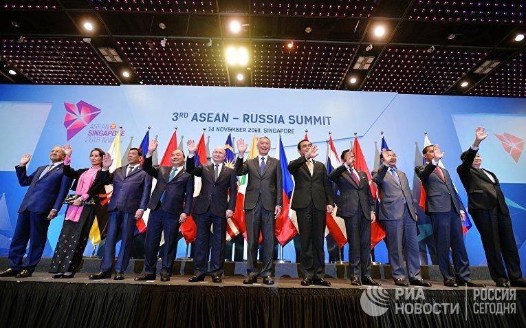 Владимир Путин во время совместного фотографирования глав делегаций государств-участников саммита АСЕАН