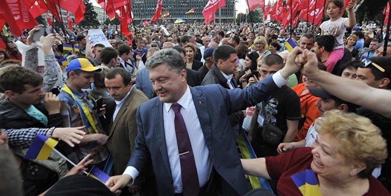 Кандидат в президенты Украины Петр Порошенко со своими сторонниками