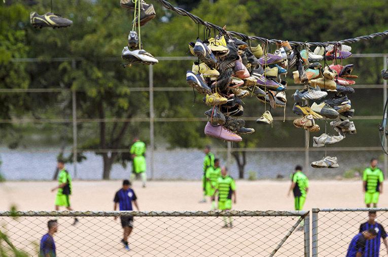 Бутсы висят на проводе после матча-пелады в городе Белу-Оризонти
