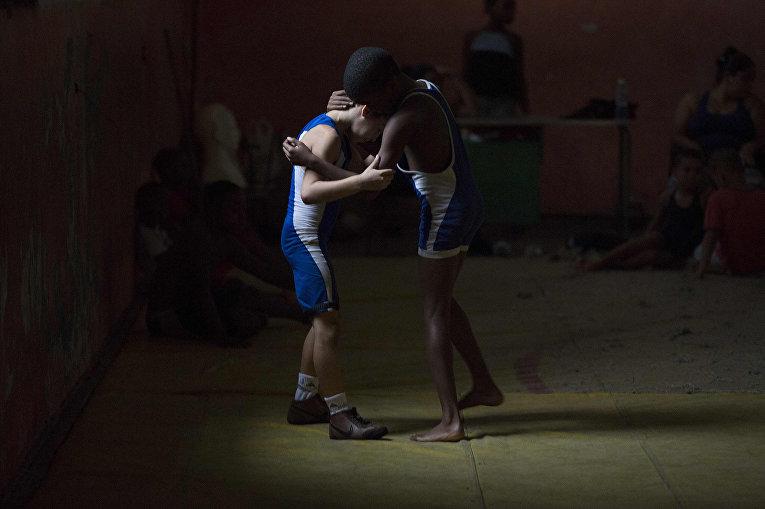 Ежедневная тренировка молодых рестлеров в Гаване
