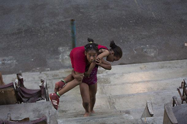 Девочки разминаются перед началом ежедневной тренировки
