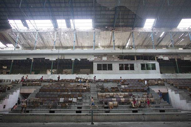 Дети отдыхают перед началом ежедневной тренировки в гимнастическом зале Баск в Гаване