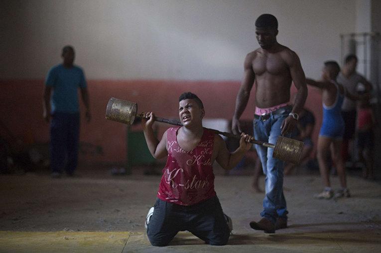 Мальчик на тренировке по рестлингу в Гаване
