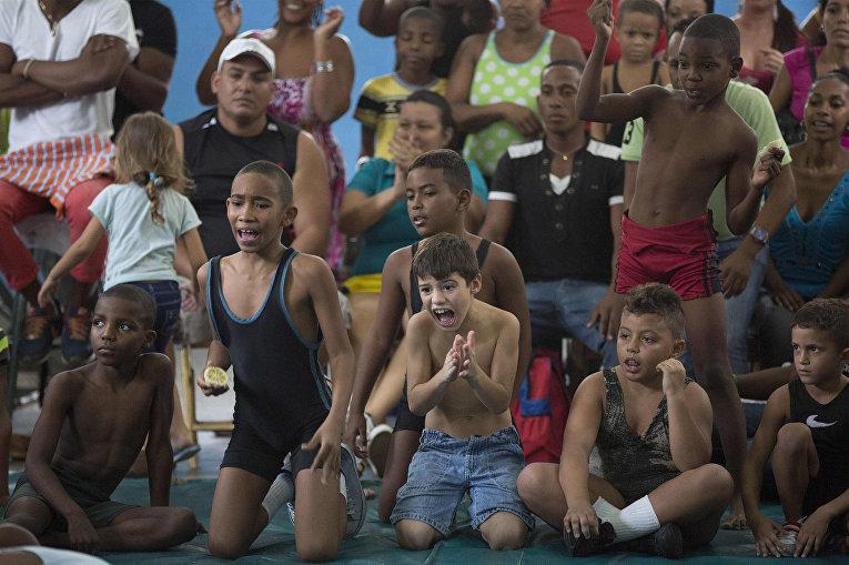 Зрители на турнире по рестлингу в Гаване