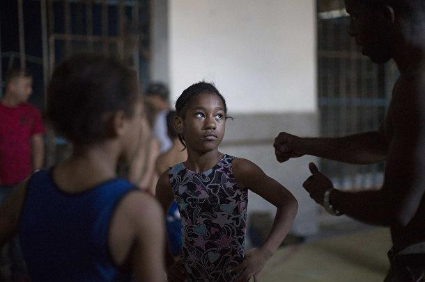 Девочка на тренировке по рестлингу в Гаване