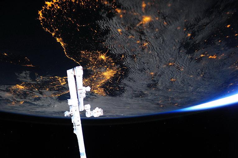 Космический манипулятор на фоне Земли