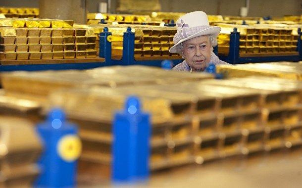 Королева Елизавета II в золотом хранилище Банка Англии