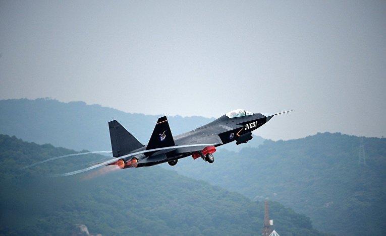 Китайский многоцелевой истребитель J-31 на авиасалоне в Чжухае