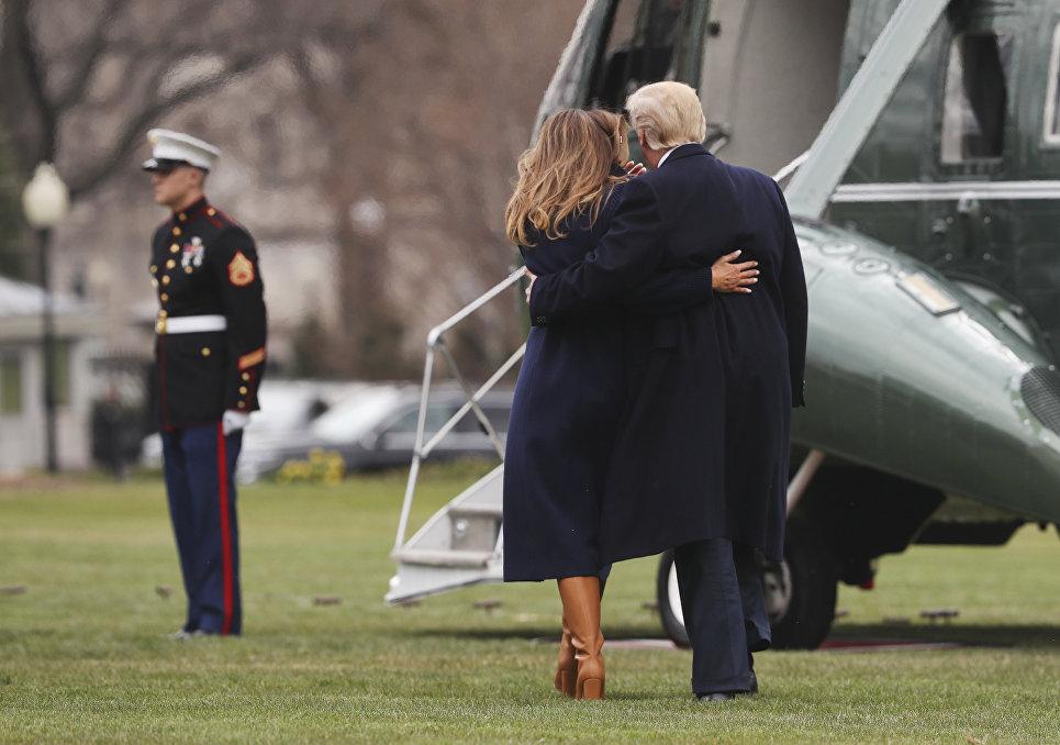 Президент США Дональд Трамп поддерживает супругу Меланию по пути к вертолету у Белого дома, Вашингтон