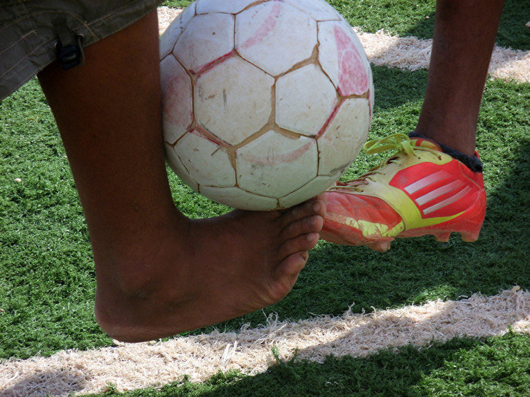 Дети играют в футбол в лагере сирийских беженцев Заатари