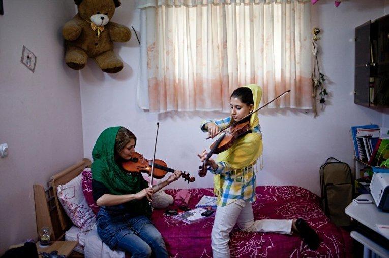 Девушки играют на скрипке в городе Шираз