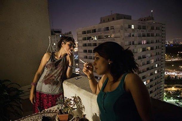 Женщины курят на балконе в Тегеране